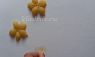 Аплікація з макаронних виробів на тему літо