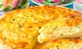 Ароматний і смачний пиріг з лука з плавленим сиром