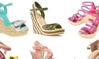 Босоніжки на танкетці: зручне взуття для кожної дівчини