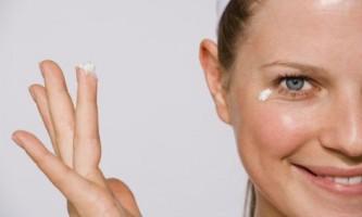 Як наносити крем навколо очей