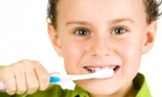 Як навчити дитину чистити зуби