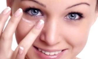Як доглядати за шкірою навколо очей?