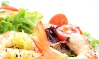 Легкий салат з креветок з помідорами