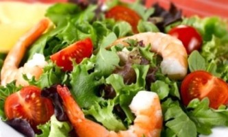 Легко і просто: салат з креветками і помідорами