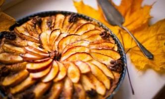 Осінній пиріг з яблуками і горіхами. Дуже смачно!
