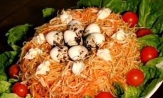 Салат гніздо глухаря з шинкою і грибами