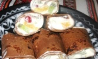 Шоколадні млинці зі збитими вершками і фруктами