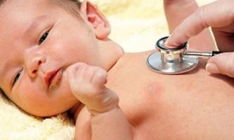 Симптоми, ознаки і лікування пневмонії у грудничка