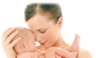 Жінка, яка годує грудьми чужу дитину - «за» і «проти»
